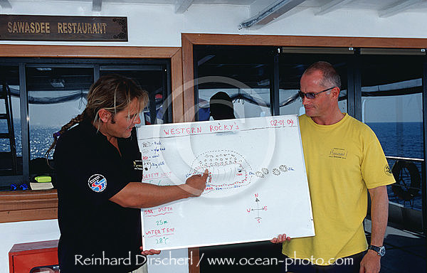 Briefing auf einem Tauchschiff, Indischer Ozean, Indian Ocean, Andamanen See, Andaman sea, Similan Inseln, Similan Islands, Thailand